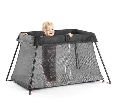 Bébé dans son superbe et élagnat lit parapluie light de BabyBjörn