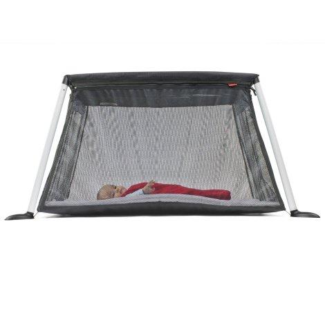 Bébé est confortablement installé dans son lit parapluie